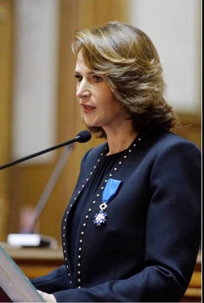 Carole DUPARC reçoit les insignes de chevalier dans l'Ordre National du Mérite